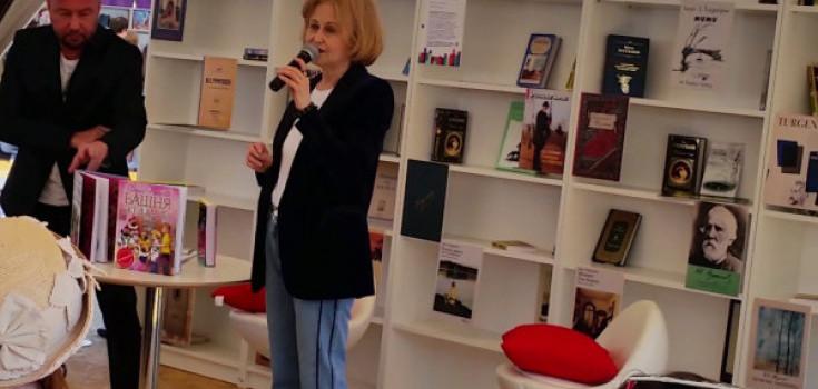 Дарья Донцова встретилась с читателями на крупнейшем книжном форуме в Москве